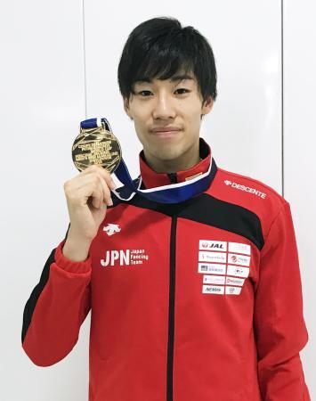 帰国し、取材に応じるフェンシングW杯男子エペで初優勝した加納虹輝=12日、成田空港