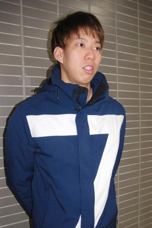 米国での高地合宿へ出発する前に取材に応じる競泳男子の渡辺一平=15日、成田空港