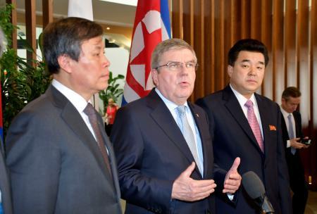 3者会談を終え、記者会見するIOCのバッハ会長。左は韓国の都鍾煥・文化体育観光相、右は北朝鮮の金日国体育相=15日、スイス・ローザンヌ(共同)