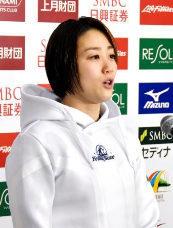 取材に応じる青木智美選手=15日、千葉県国際総合水泳場