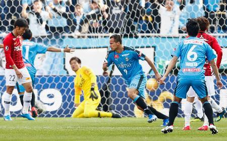 川崎―浦和 後半、ゴールを決め、駆けだす川崎・レアンドロダミアン(中央右)=埼玉スタジアム