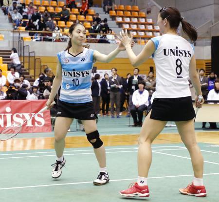 女子準決勝で北都銀行に勝利し、タッチする日本ユニシスの高橋礼(右)、松友組=サイデン化学アリーナ