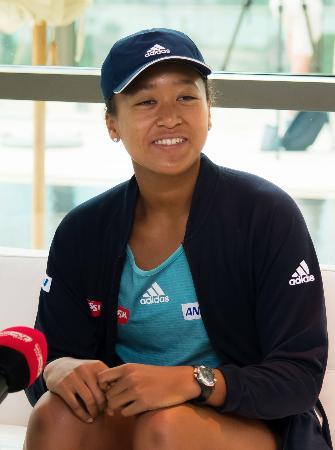 笑顔で記者会見する女子テニスの大坂なおみ選手=17日、ドバイ(共同)