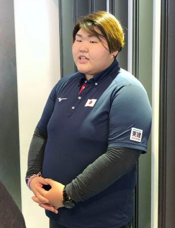 成田空港で取材に応じる朝比奈沙羅=18日