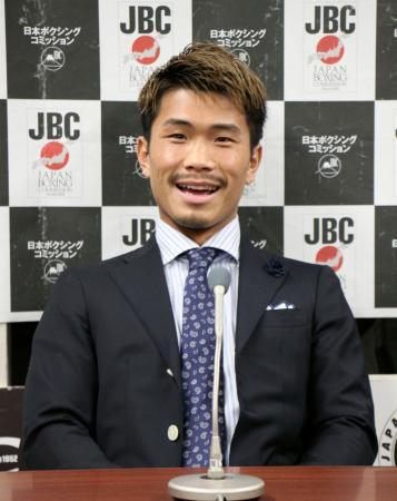 記者会見で現役続行を表明したWBOフライ級前王者の木村翔=19日、東京都文京区の後楽園ホール