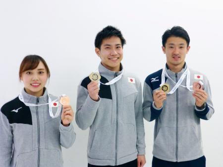 トランポリンのW杯から帰国し、獲得したメダルを手にする(左から)土井畑知里、堺亮介、岸大貴=19日、成田空港