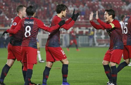 鹿島―ニューカッスル 前半、2点目のゴールを決めた山本(右から2人目)と喜ぶ鹿島イレブン=カシマ