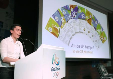 ピクトグラムが描かれているリオデジャネイロ五輪の入場券のデザイン=2016年5月、リオデジャネイロ(共同)