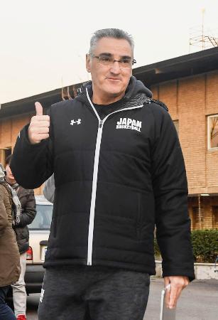 イラン戦を前に、笑顔を見せるバスケットボール男子日本代表のラマス監督=テヘラン(共同)