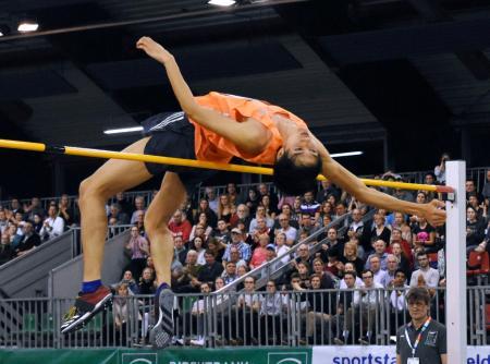男子走り高跳びで2メートル34をクリアする戸辺直人=デュッセルドルフ(共同)