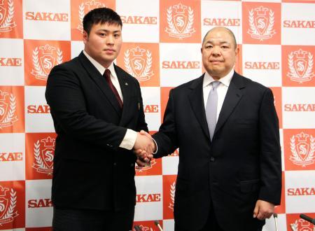 入門会見で師匠となる日本相撲協会の八角理事長(右)と握手する斎藤大輔=21日、さいたま市の埼玉栄高