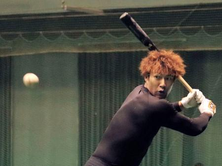 室内練習場で打撃練習をするソフトバンクの柳田=宮崎