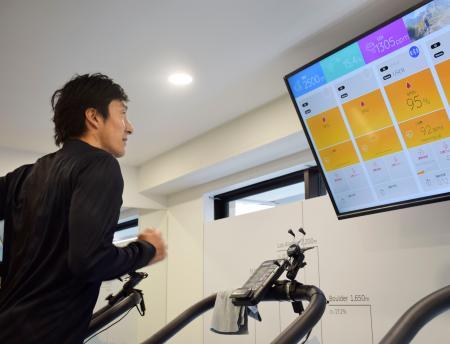 高地トレーニング施設でランニングを実演する朝原宣治氏=22日、兵庫県芦屋市