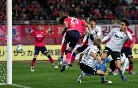 C大阪―神戸 後半、ヘディングで先制ゴールを決めるC大阪・山下(23)=ヤンマー