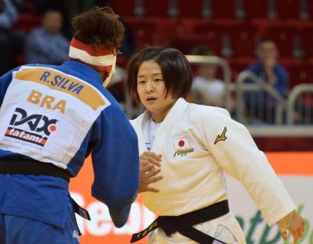 女子57キロ級で優勝した芳田司(右)=デュッセルドルフ(共同)