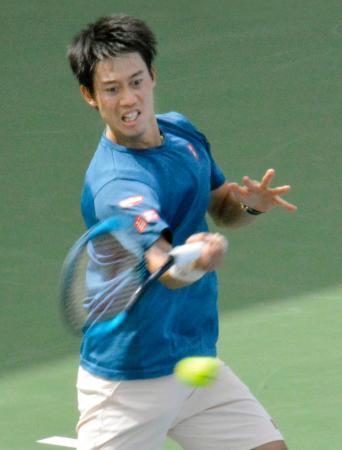 テニスのドバイ選手権に向け、本番会場で調整する錦織圭=ドバイ(共同)