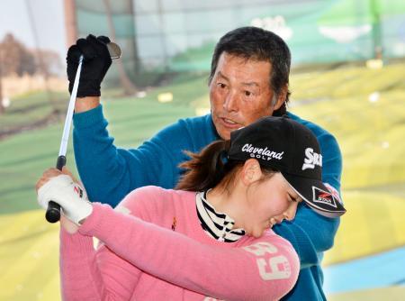 ジュニアを対象としたレッスン会で選手を指導する尾崎将司(奥)=23日、千葉市