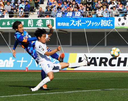 長崎―横浜FC 後半、決勝ゴールを決める長崎・長谷川(左)=トラスタ