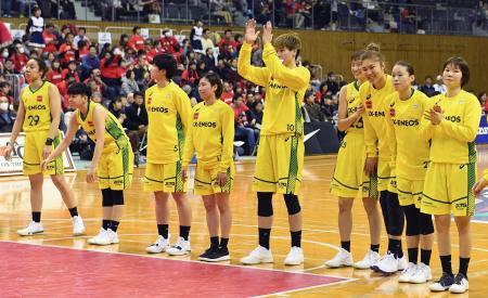 デンソーに2連勝し、声援に応えるJX―ENEOSの選手たち=豊田市総合体育館