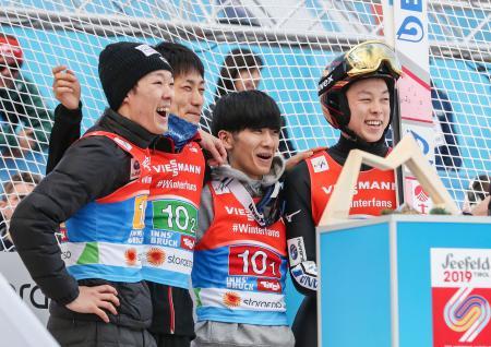 男子団体で2回目の飛躍を終え、笑顔の(左から)小林潤志郎、伊東大貴、佐藤幸椰、小林陵侑。日本は銅メダルを獲得した=インスブルック(共同)