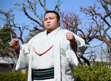 大相撲春場所の新番付が発表され、ポーズをとる関脇貴景勝=25日午前、大阪市生野区
