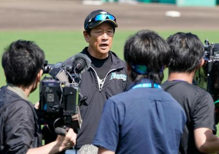 キャンプを打ち上げ、取材に応じる日本ハム・栗山監督=国頭
