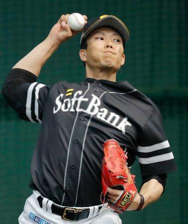 ブルペンで投球練習するソフトバンク・千賀=宮崎