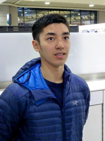 体操のアメリカン・カップに向け、出発前に取材に応じる白井健三=26日、成田空港
