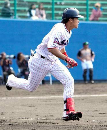 日本ハムとの練習試合で二塁打を放ったヤクルト・塩見=浦添