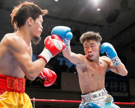 4回、ビック・サルダール(左)を攻める谷口将隆=後楽園ホール