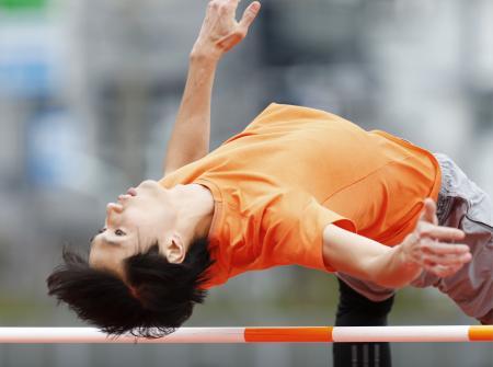 跳躍の練習をする男子走り高跳びの戸辺直人=東京都北区の味の素ナショナルトレーニングセンター