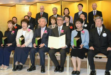 「未来のいしずえ賞」を受賞したスピードスケート女子の小平奈緒選手の父、安彦さん(前列右から3人目)と母の光子さん(その右隣)ら。左端は青学大陸上部の原晋監督の妻、美穂さん=27日、東京都内