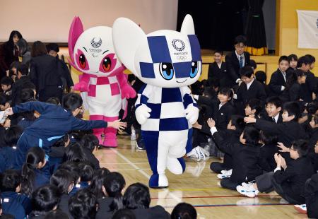 豊葉の杜学園をサプライズ訪問したミライトワ(右)とソメイティ=28日、東京都品川区
