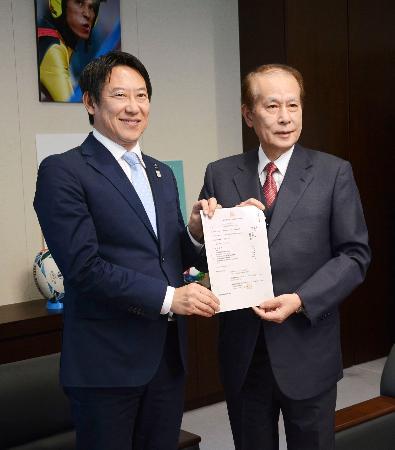 スポーツ庁の鈴木大地長官(左)にUNIVAS設立を報告する鎌田薫会長=1日午前、スポーツ庁