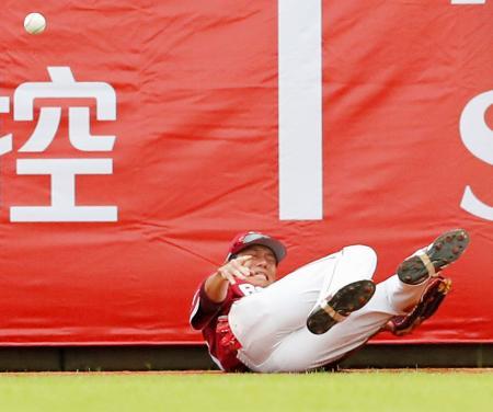 台湾プロ野球ラミゴとの交流試合で、打球を追った際に転倒する楽天・田中=台北(共同)