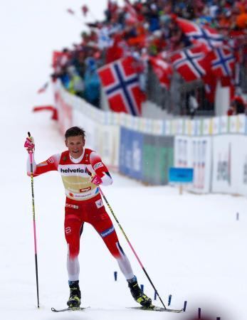 ノルディックスキーの世界選手権第10日距離男子40キロリレーで10連覇を達成したノルウェー=1日、ゼーフェルト(AP=共同)