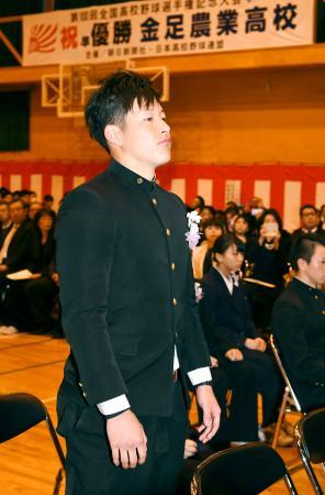 金足農高の卒業式に出席した日本ハムの吉田輝星投手=2日午前、秋田市(代表撮影)