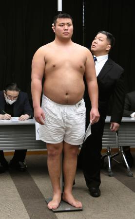 新弟子検査で身長を測る斎藤大輔=2日、大阪市