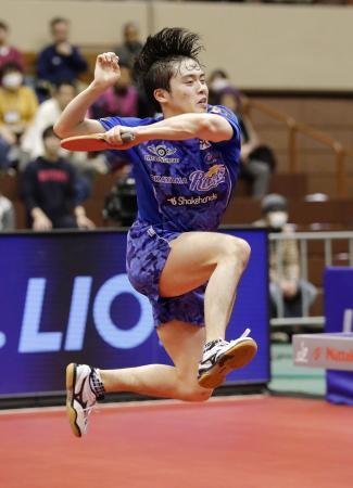 男子シングルス決勝で吉田雅己を破り世界選手権代表に決まった森薗政崇=カメイアリーナ仙台