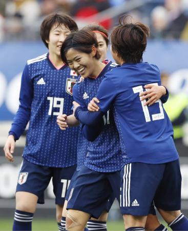 日本―ブラジル 後半、勝ち越しゴールを決め祝福される小林(中央)=ナッシュビル(共同)