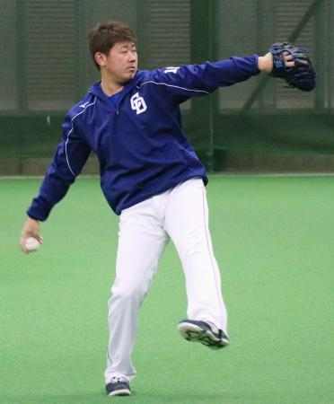 ネットへ向かって投げる中日・松坂=ナゴヤ球場
