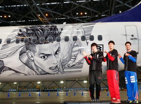 披露された「Bリーグジェット」とアルバルク東京の馬場雄大選手(左)ら=4日午後、羽田空港