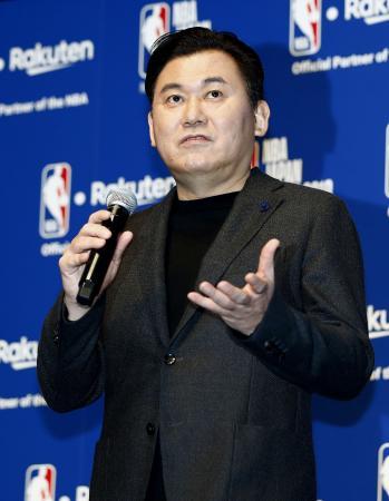NBAの日本開催に関し、記者会見する楽天の三木谷浩史会長兼社長=5日午前、東京都港区