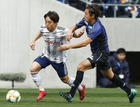 G大阪―横浜M 前半、競り合う横浜M・三好(左)とG大阪・遠藤=パナスタ