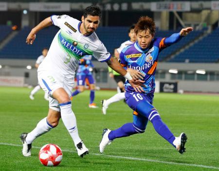長崎―湘南 後半、競り合う湘南・フレイレ(左)と長崎・吉岡=トラスタ