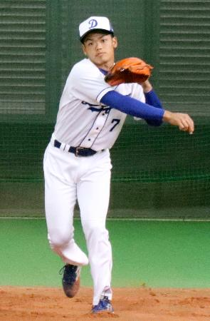 投内連係の練習をする中日・根尾=ナゴヤ球場