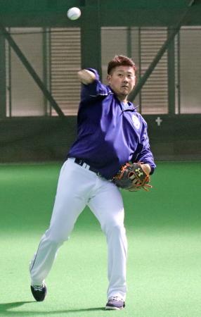 キャッチボールを再開した中日・松坂=ナゴヤ球場