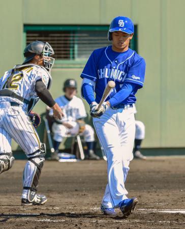 教育リーグの阪神戦に先発出場し、第1打席で空振り三振した中日の根尾昂内野手=9日、兵庫県西宮市の鳴尾浜球場