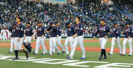 メキシコに逆転負けし、引き揚げる日本の選手たち=京セラドーム