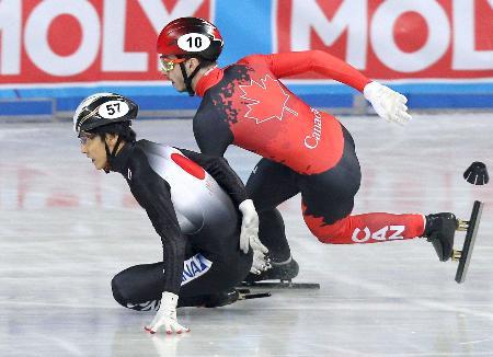 男子1500メートル決勝で転倒し、失格となった渡辺啓太(左)=ソフィア(ロイター=共同)